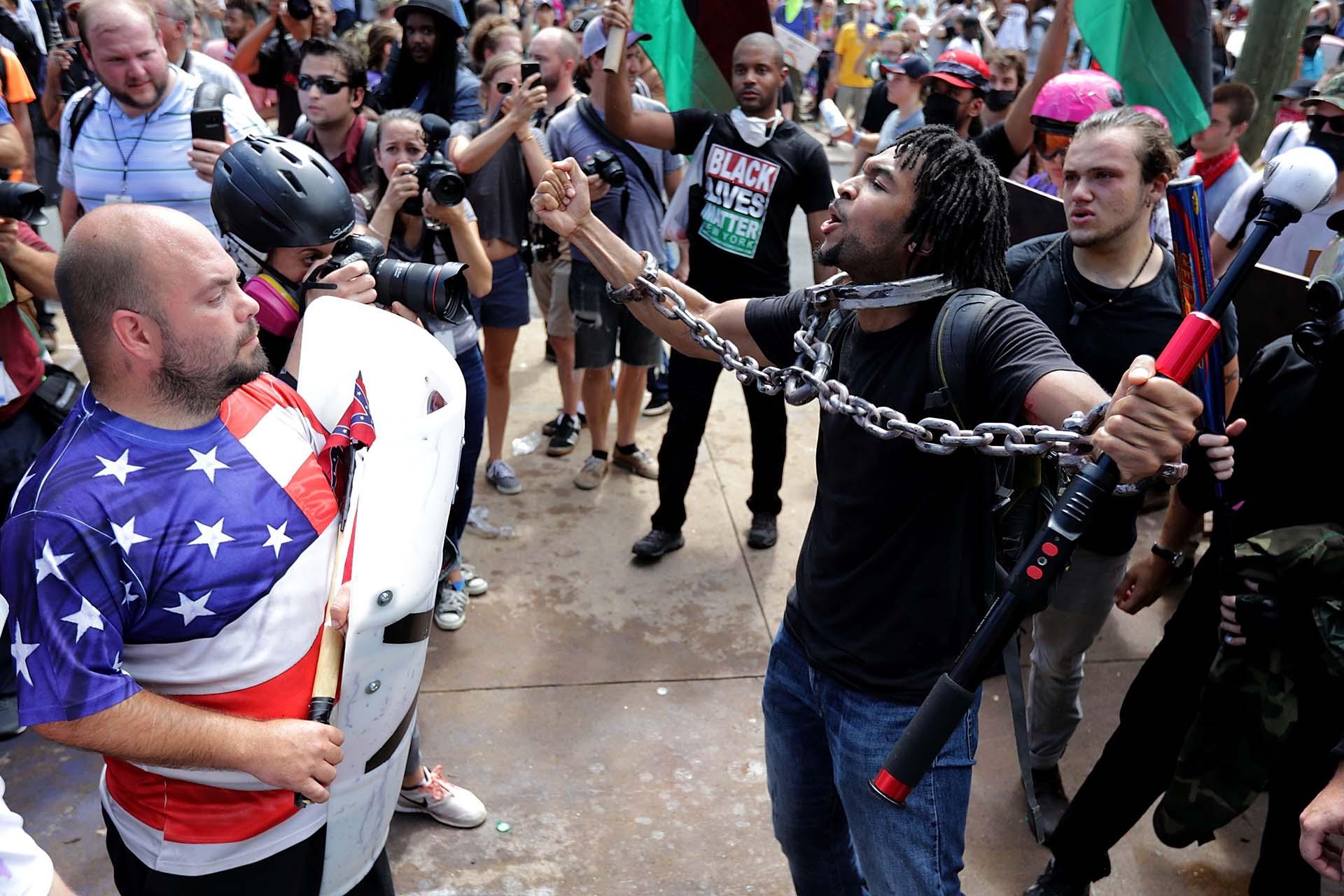 Supremacistas blancos se enfrentaron con antifascistas en la ciudad de Charlottesville, Virginia