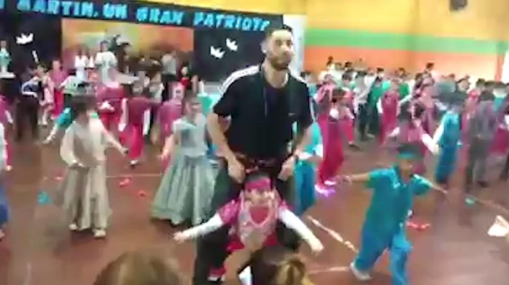 El profesor Mario Salas Aldi, quien el año pasado hizo bailar a una alumna con problemas similares