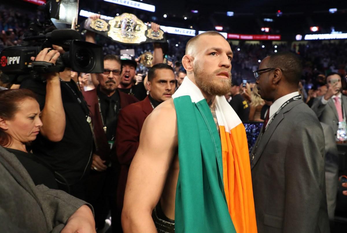 McGregor llevó su bandera y sus cinturones al ring