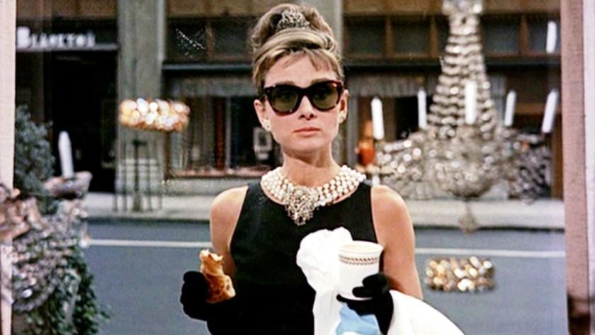 """La icónica escena de """"Breakfast at Tiffany's"""", protagonizada por Audrey Hepburn"""