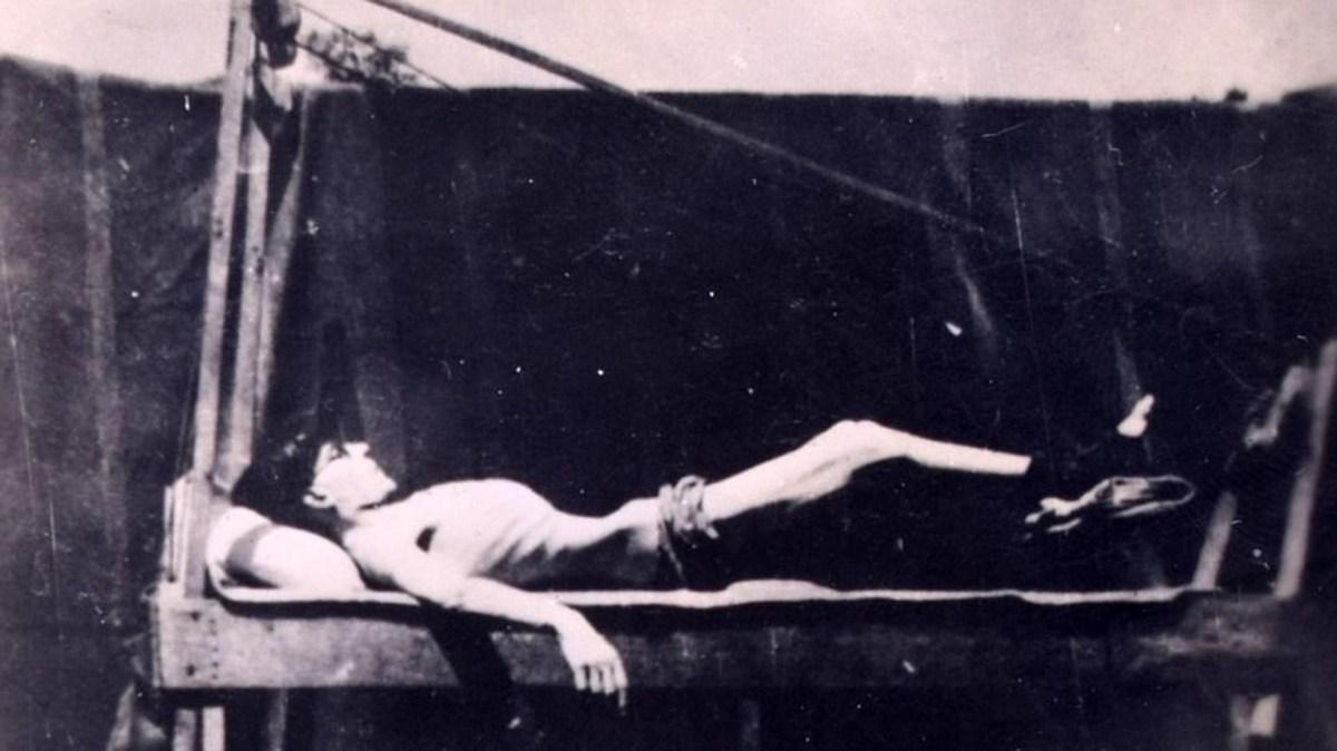 Un soldado británico en un campo de prisioneros de guerra japonés siendo torturado