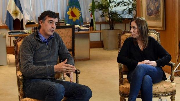 María Eugenia Vidal observa atentamente a Esteban Bullrich durante la entrevista