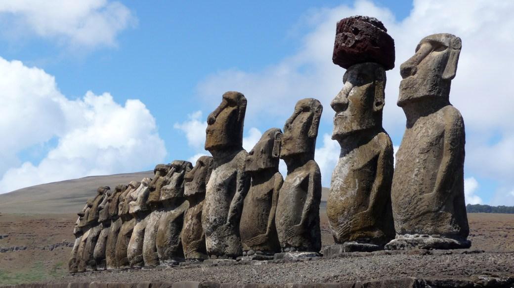 La Isla es conocida por sus moái, gigantescas esculturas talladas en piedra volcánica (Getty)