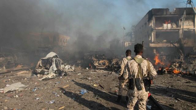 Soldados somalíes en la escena del atentado (EFE)