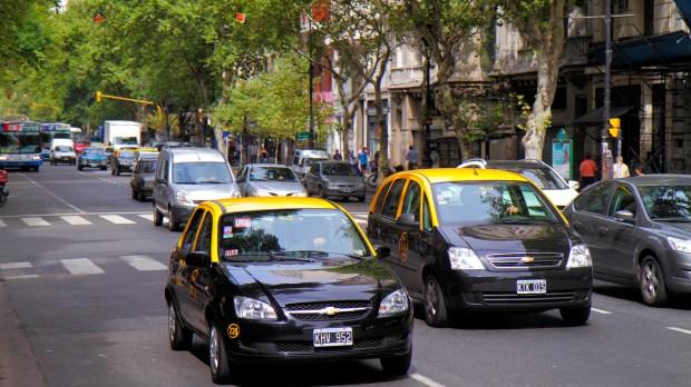 Taxis en Avenida de Mayo. (Jeffrey Greenberg/UIG via Getty Images)
