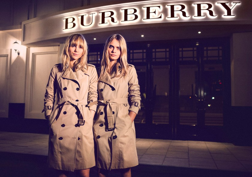 Suki Waterhouse y Cara Delevingne en Burberry, China. (Photo by Getty Images for Burberry)