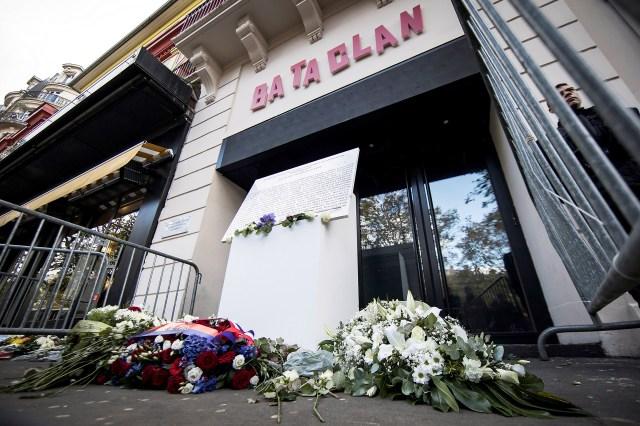 Vista de una placa conmemorativa instalada el 13 de noviembre del 2017, en la sala de espectáculos Bataclan, durante la celebración del segundo aniversario de los atentados yihadistas del 13-N de 2015 en los que 130 personas fueron asesinadas, en París, Francia.
