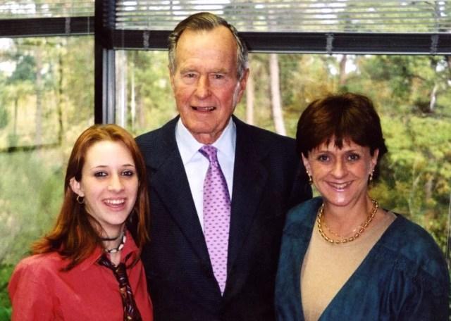 El ex presidente George H.W. Bush posa junto con Roslyn Corrigan y su madre, Sari Young en 2003 (Gentileza familia Corrigan)