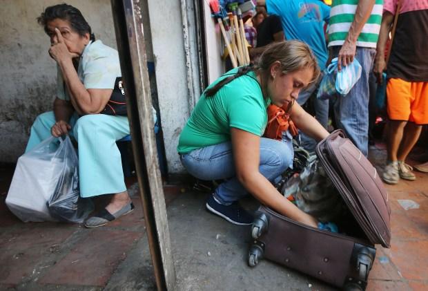Los venezolanos que viajan suelen traer, entre otros bienes de primera necesidad que no se encuentran en su país,medicinas y anticonceptivos. (Mario Tama/Getty Images)