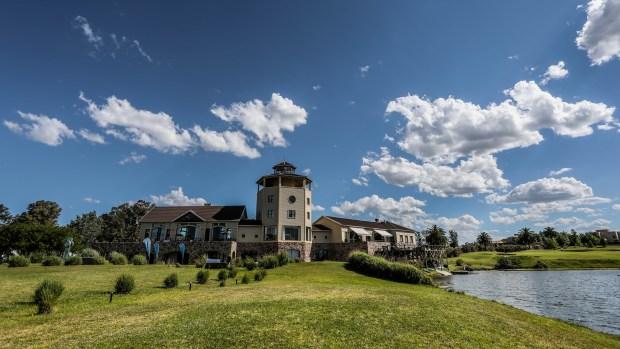 En el Club House funciona el restaurant Italpast, abierto al público con vista sobre la laguna