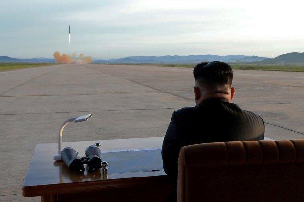 El dictador norcoreano Kim Jong-un observa el lanzamiento del misilHwasong-12 el 15 de septiembre de2017. (KCNA via REUTERS/archivo)