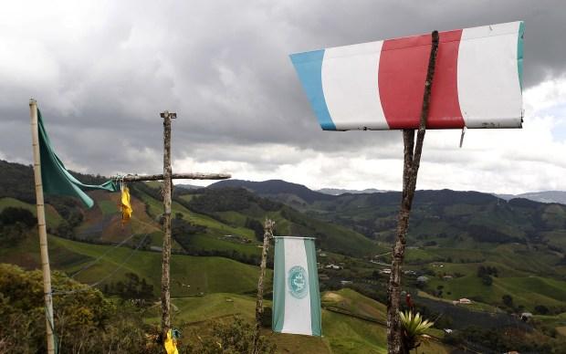 Las banderas del equipo se mezclan con otros símbolos y cruces (EFE)