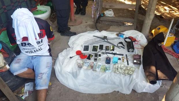 Uno de los detenidos junto al material secuestrado por la Policía bonaerense
