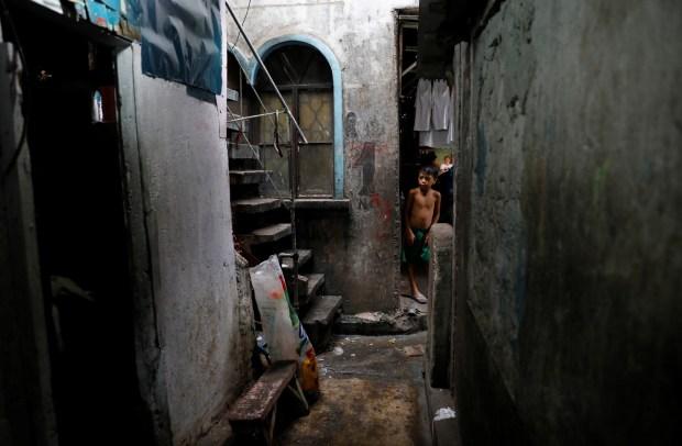 Un niño observa el lugar donde la policía filipina abatió a tres personas (Reuters)