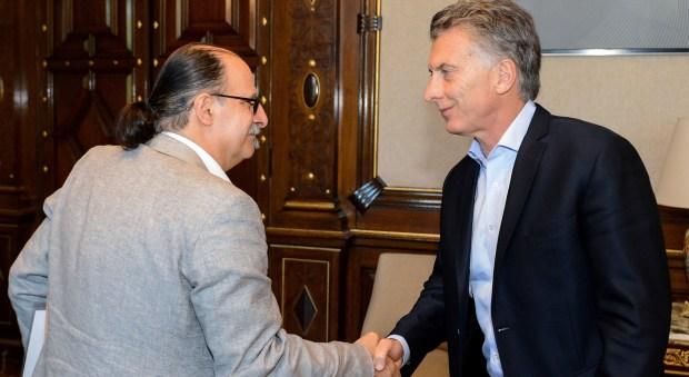 Macri saluda al jefe del proyecto, el ingeniero Sánchez Peña