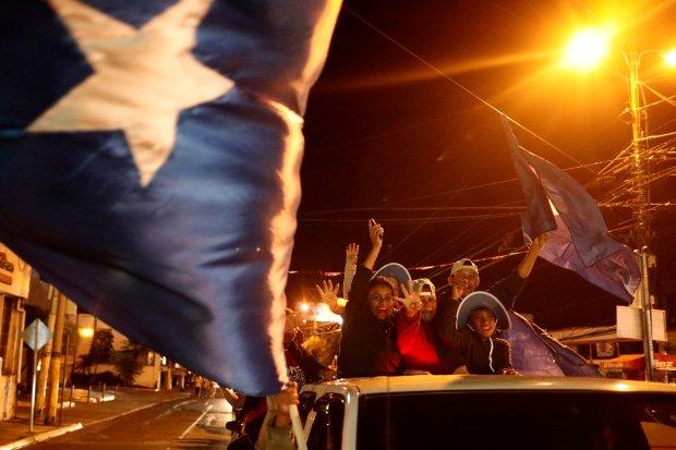 Seguidores del presidente Juan Orlando Hernandez también celebraron los resultados en Tegucigalpa, Honduras (REUTERS/Edgard Garrido)