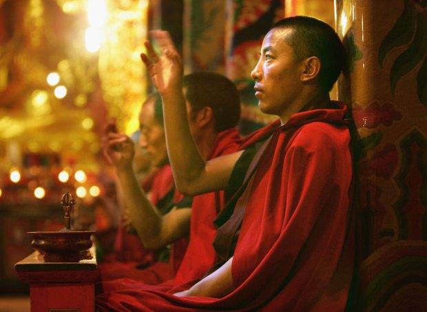 Un monje tibetano reza en el monasterio de Jal Gu Si Wu Min Fo Xue Yuan en Yushu, China. (Paula Bronstein/Getty Images)