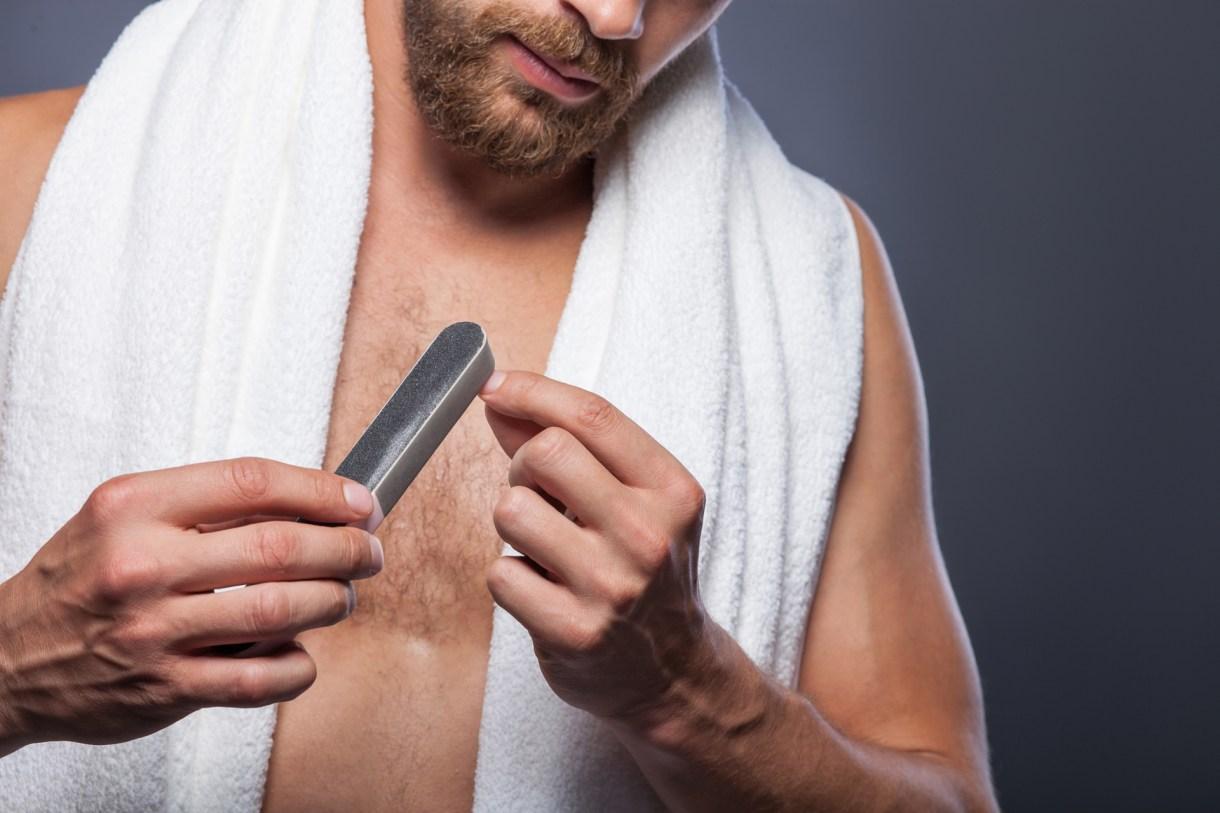 El alicate y la lima de uñas hoy son el plan B. Los hombres eligen ir a los salones beauty (Getty)