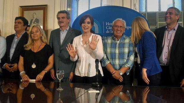 Cristina Kirchner, junto a otros dirigentes en el Congreso (Nicolás Stulberg)