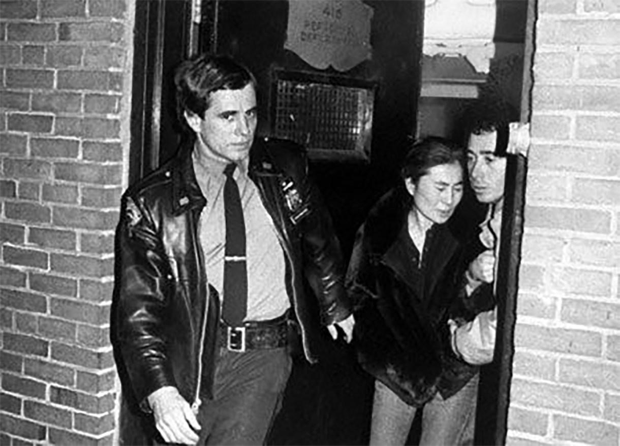 Desconsolada. Yoko Ono se retira del hospital Roosevelt tras el asesinato de John Lennon, el 8 de diciembre de 1980.