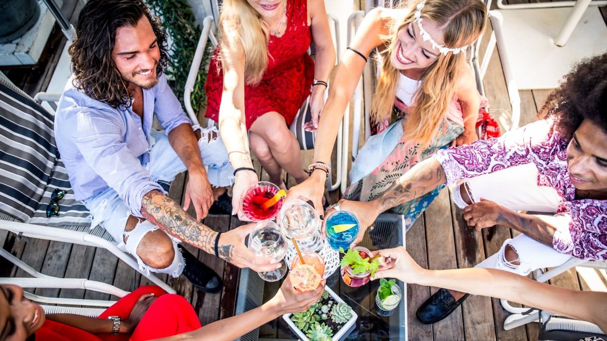 Cinco tragos con alcohol de autor para recrear y hacer para pasar el tiempo con amigos (Getty)