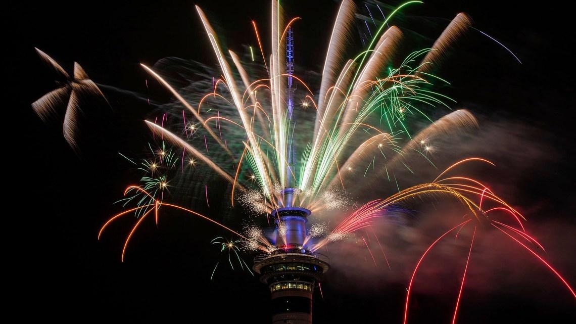 Miles de personas celebraron en la mayor ciudad de Nueva Zelanda, Auckland, el cambio de año, con un castillo de fuegos arficiales desde la Sky Tower (Getty)