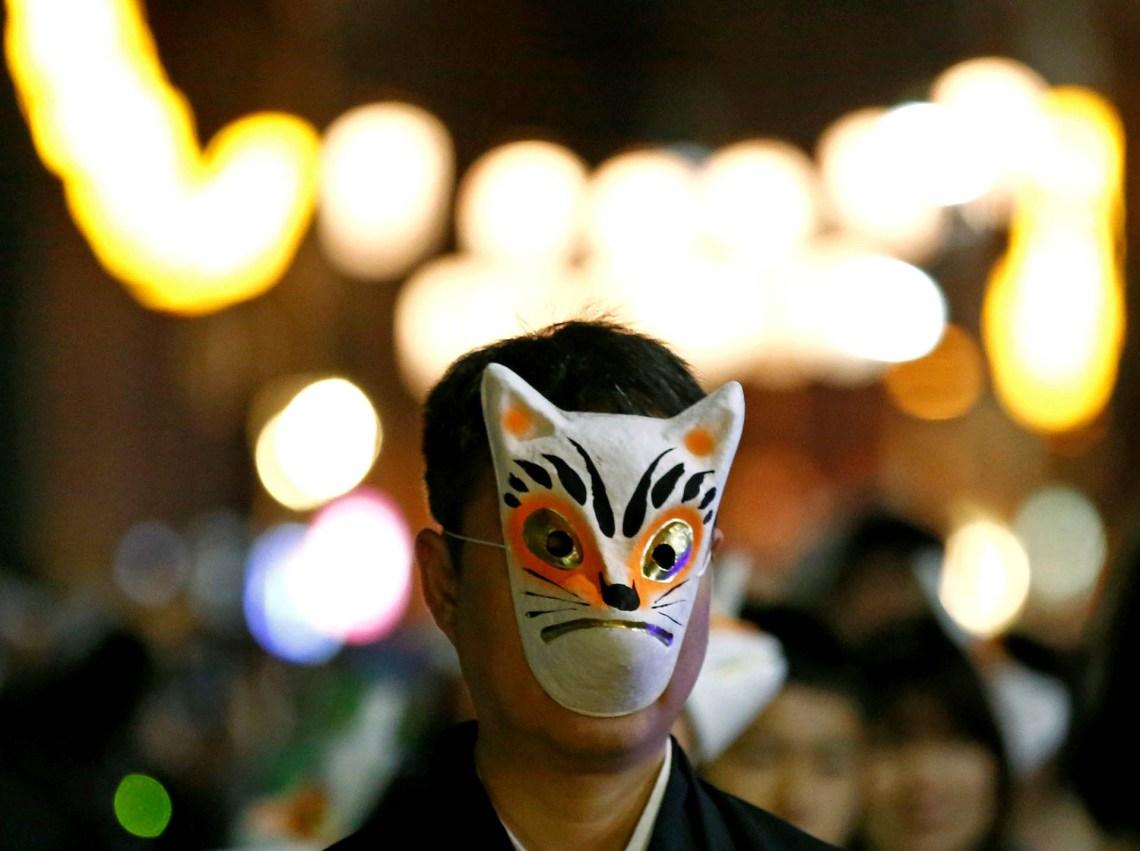 Otros japoneses optan por participar en una oración con disfraces de zorros