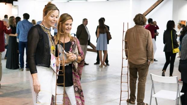 Veronique Parrado mirando una obra de Pablo Reinoso de galería Xippa /// Fotos: María Inés Arrillaga