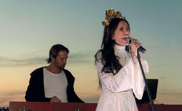 Cande sobre el escenario. Fotos: Ale Carra/GENTE