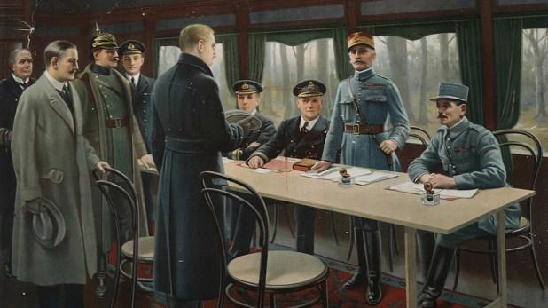 Una postal de la época representando la firma del armisticio. De pie y frente a la mesa se encuentra el jefe de la delegación alemana, Matthias Erzberger. También de pie y en uniforme, el mariscal francés Ferdinannd Foch