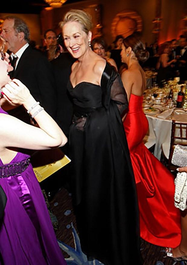 Meryl Streep confesó públicamente adorar los diseños de Sánchez. Lo eligió para más de una alfombra roja. Aquí con un vestido total black strapless, con chal de gasa y raso con prestancia chic.