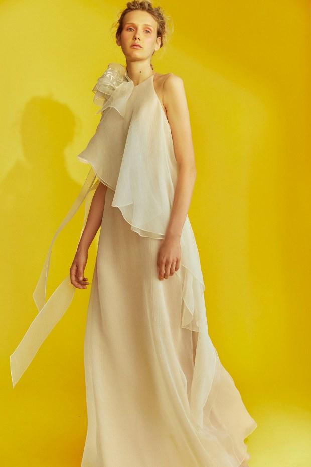 Sánchez es devoto de las telas nobles como la organza. Volados en cascada para envolver una silueta de mujer fresca y libre. Algo vintage también, por algo su gran musa inspiradora es la inolvidable Audrey Hepburn.