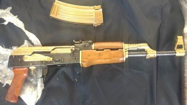 Una de las armas, conocida como cuerno de chivo, estaba bañada en oro (Policía federal)