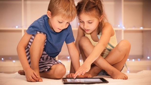 La Generación Alpha -denominados así porque empujan desde abajo a los Centennials y a la Generación Z- son nacidos en el año 2010. Hoy tienen entre 7 y 8 años y es el primer grupo nativo digital puro del siglo XXI.
