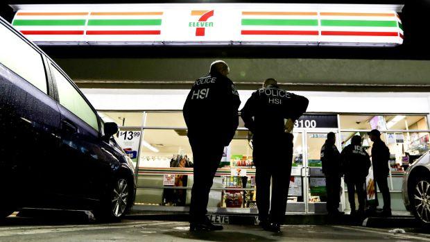Agentes del Servicio de Control de Inmigración y Aduanas frente a una tienda 7-eleven en Los Angeles (AP)