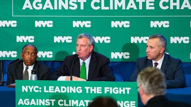 El alcalde Bill de Blasio en el anuncio contra las petroleras