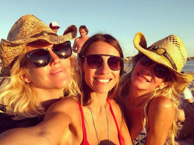 Pampita junto a sus amigas Barbie Simons y la DJ Puli Demaria.