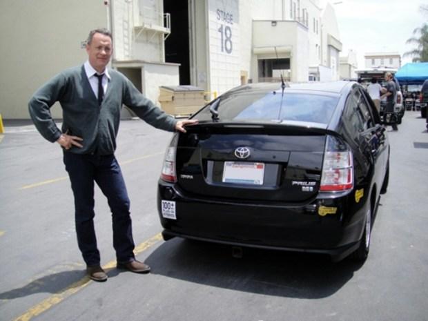 Tom Hanksposa consu Toyota Prius en un set de filmación. El actor subastó su modelo 2004 en 2010con fines benéficos.