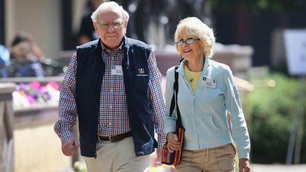 Warren Buffet junto a su esposa Astrid Menks