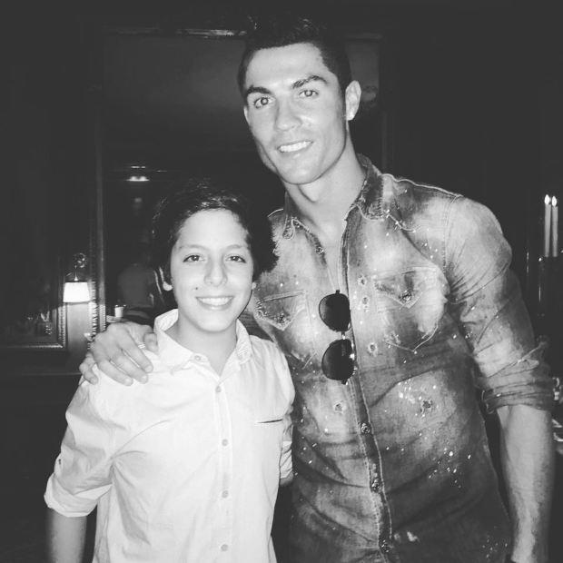 La primera foto que colgó en su Instagram, con su ídolo Cristiano Ronaldo.