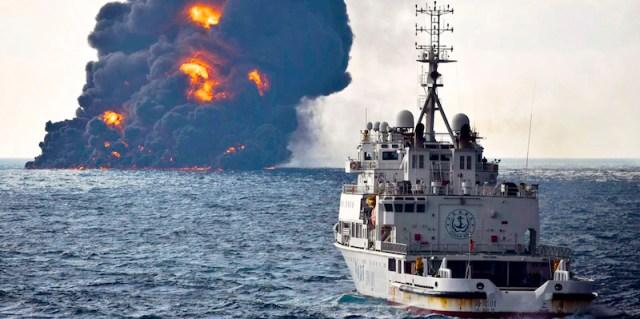 Un barco de rescate se dirige hacia el petrolero iraní Sanchi antes de su hundimiento (Ministerio de Transporte via AP)