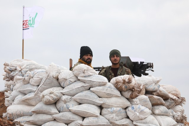 Milicias del Ejército Libre Sirio, aliadas de Turquía, en un puesto fronterizo (AFP)
