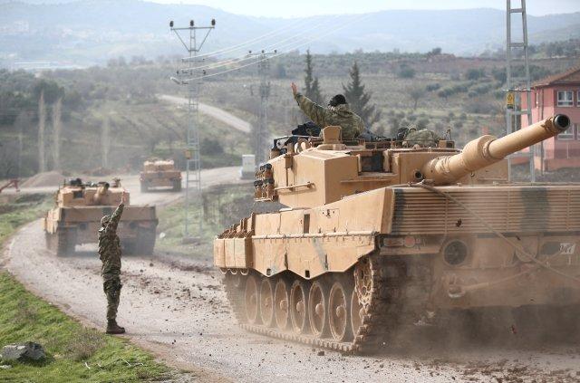 Tanques Leopard 2 del ejército turco en la frontera, poco antes de iniciar las operaciones(Reuters)