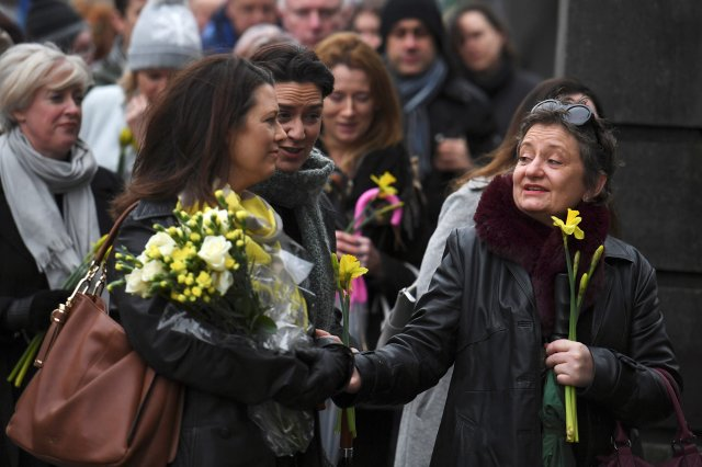 Compañeras de escuela de O'Riordan llevan flores (REUTERS/Clodagh Kilcoyne)