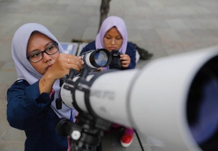 Astrónomos aficionados preparan un telescopio para observar el eclipse lunar en Yakarta, Indonesia el 31 de enero de 2018