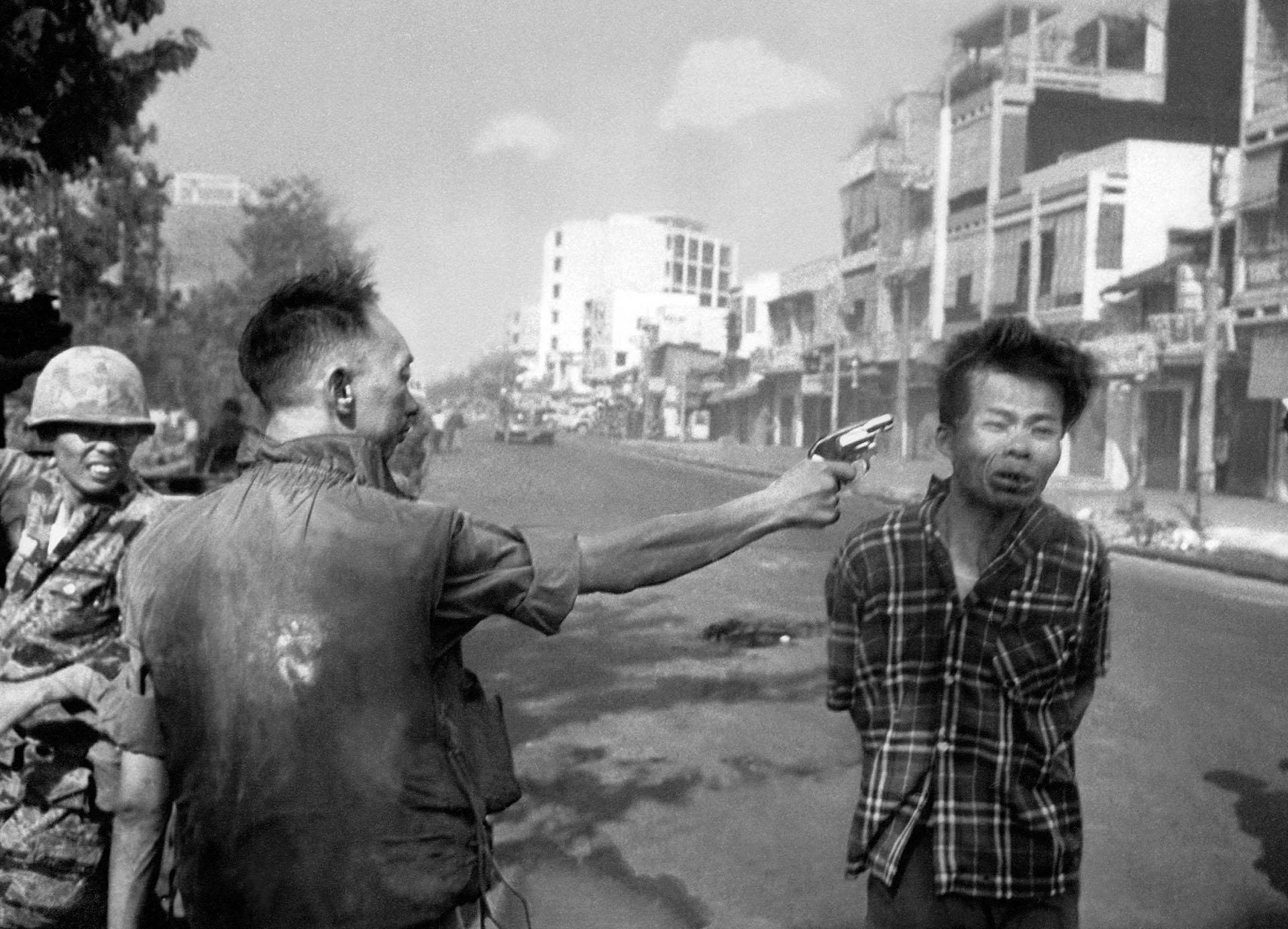 Una icónica y brutal imagen de la Ofensiva del Tet. El general Nguyen Ngoc Loan, de Vietnam del Sur, ejecuta con su revolver a Nguyen Van Lem, sospechado agente del Viet Cong comunista (AP/Eddie Adams)