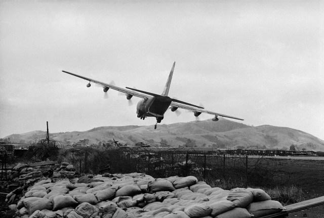 Un avión Hércules lanza suministros sobre la base estadounidense en Khe Sanh. Los aviones no podían aterrizar ya que la pista estaba al alcance de la artillería norvietnamita (AP/John Sneider)