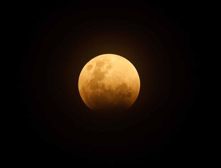 Una luna llena se ve antes del comienzo de un eclipse lunar en Yakarta, Indonesia, 31 de enero de 2018 – Fotos: Reuters – AFP – AP