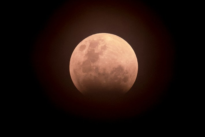 """La luna se ve durante un eclipse lunar conocido como la """"superluna azul de sangre"""", en Yakarta el 31 de enero de 2018"""