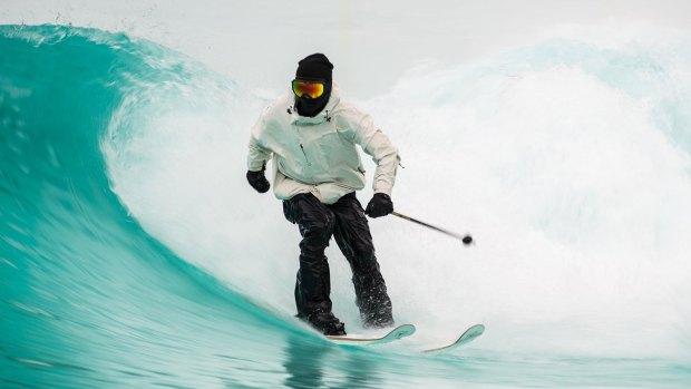 El esquiador deslumbra con su talento en diferentes superficies.